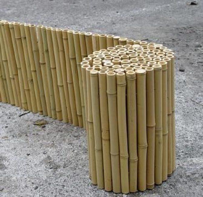 Проще всего ограждение из бамбука приобрести в форме готового рулона