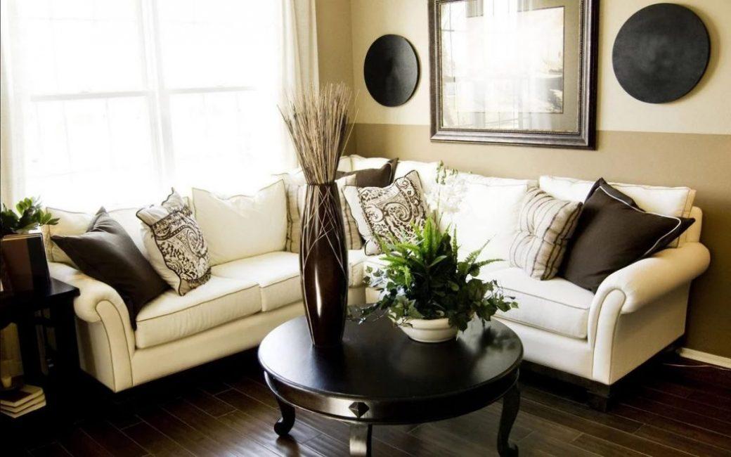 Если гостиная комната небольших размеров, это не значит что в ней нельзя располагать цветы