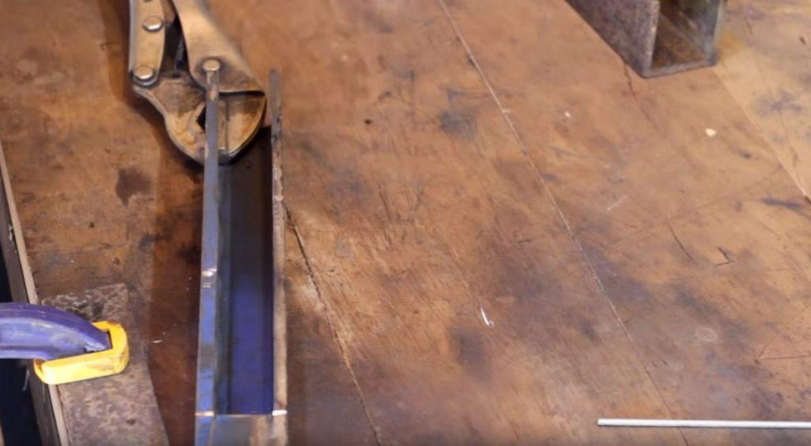 Вырезаем в квадратной трубе продольную щель