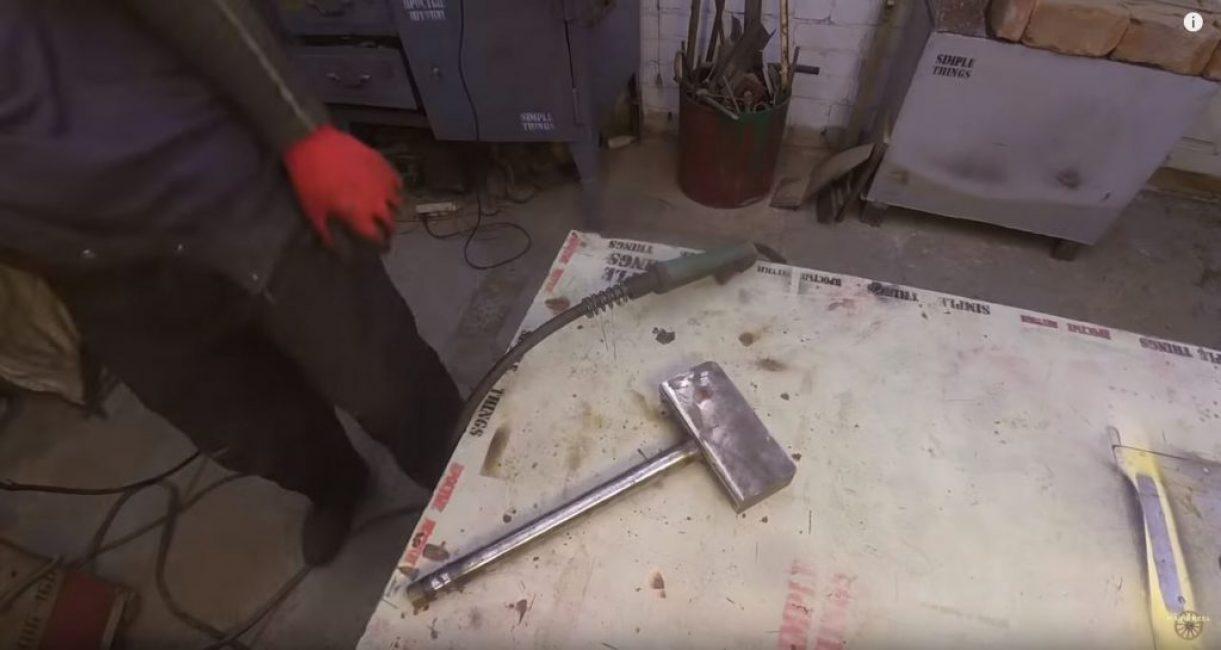сверху накрываем скобу вырезанным куском листового металла