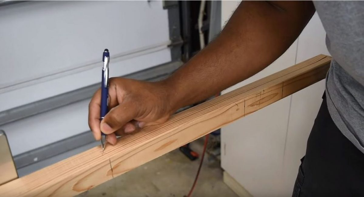 На рейке делаем разметку, соответствующую размерам требуемых заготовок