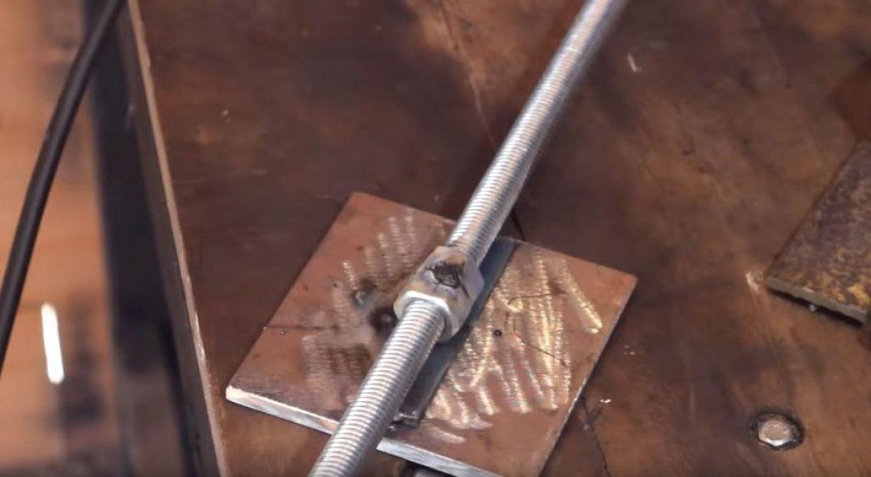 Посредине квадратной пластины привариваем полоску