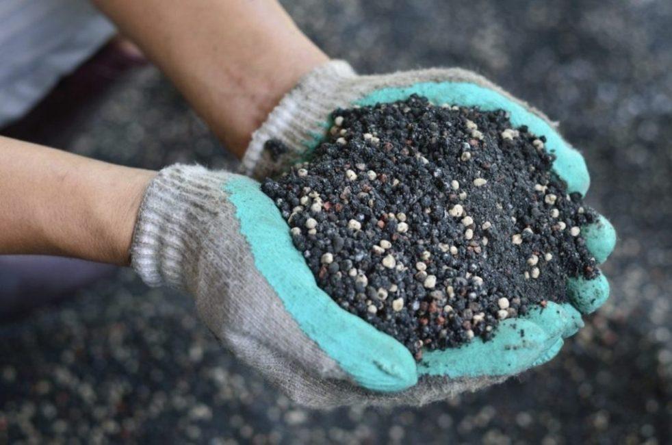 Внесение удобрений – одна из причин повышения кислотности почвы
