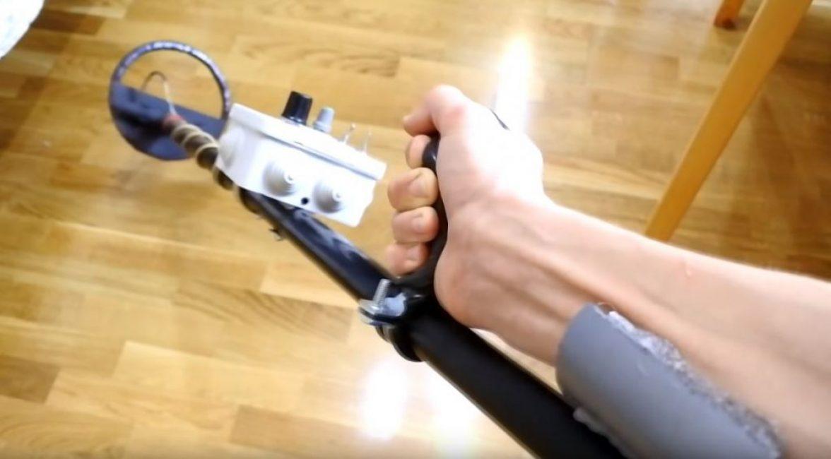 Из трубы ø50 мм делаем каретку под руку и застилаем ее поролоном