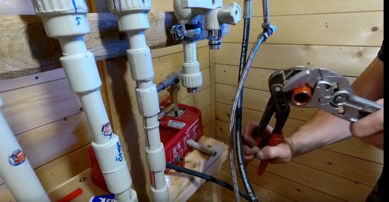 При необходимости соединения можно дотянуть при помощи трубных ключей