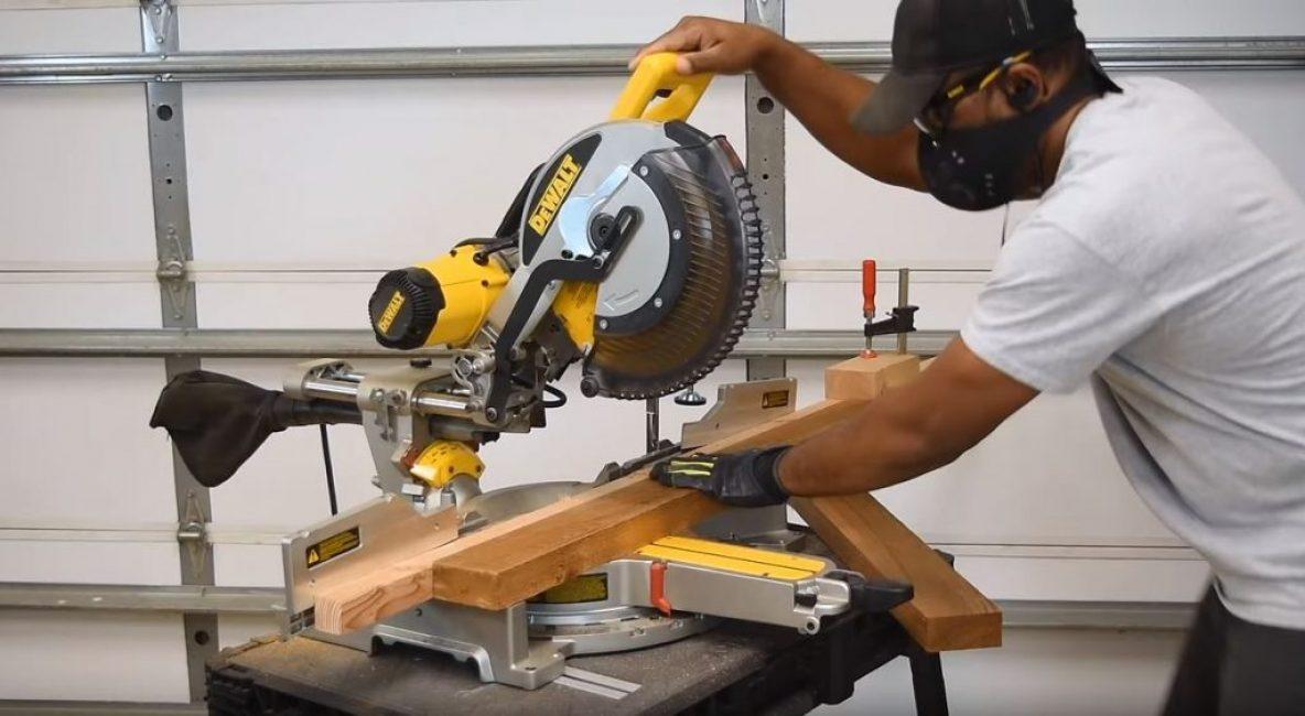 Используя брусок в качестве упора для заготовок, режем заготовку по второй отметке на рейке
