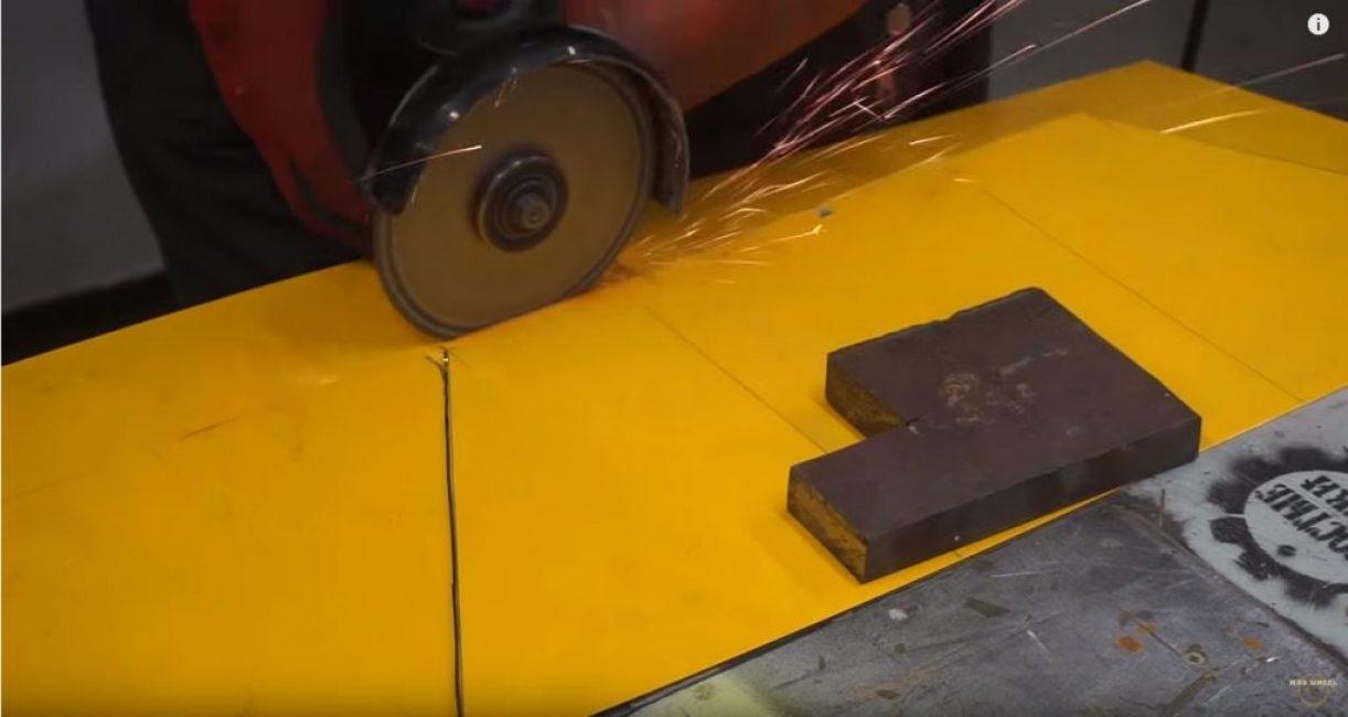Из тонкого листа металла вырезаем заготовки для будущей емкости