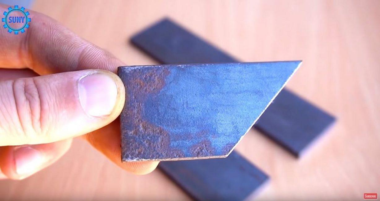 Из остатков стальной полосы вырезаем прямоугольную трапецию