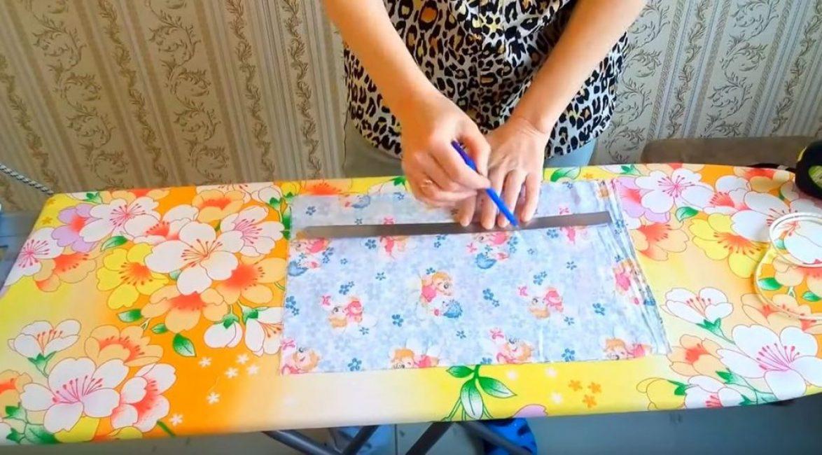 Отмеряем и рисуем на ткани прямоугольник