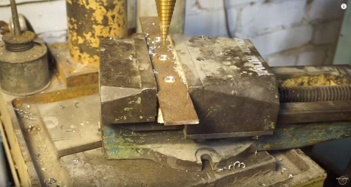 На металлической пластине тоже просверливаем три отверстия