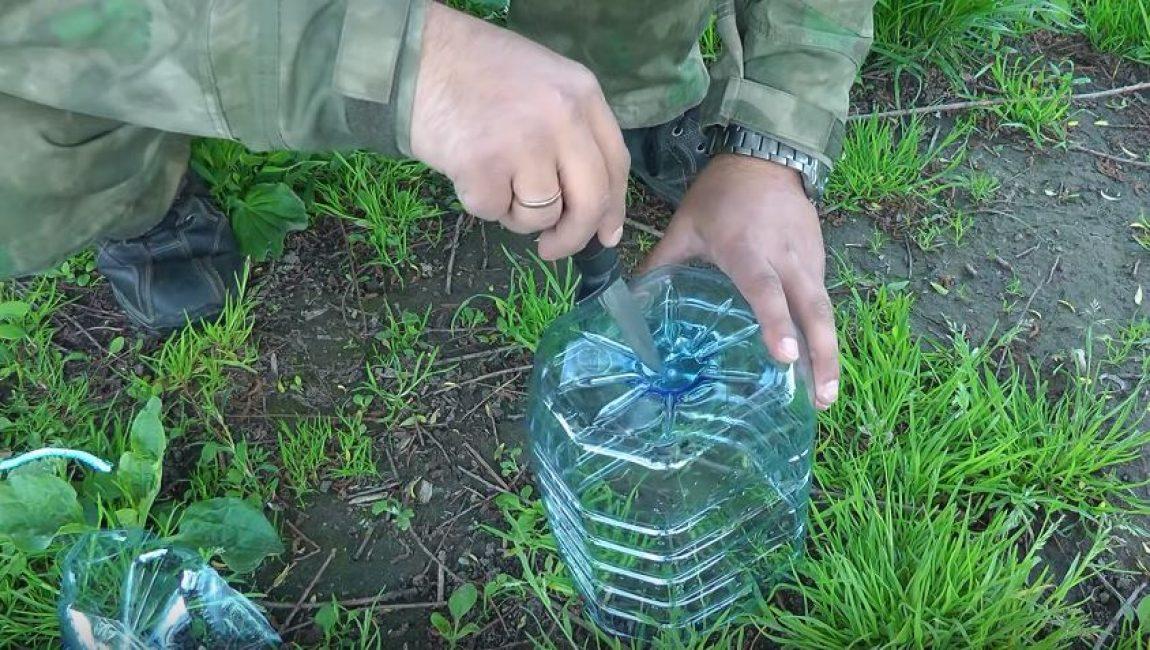 Ножом проделываем небольшое отверстие в дне бутылки