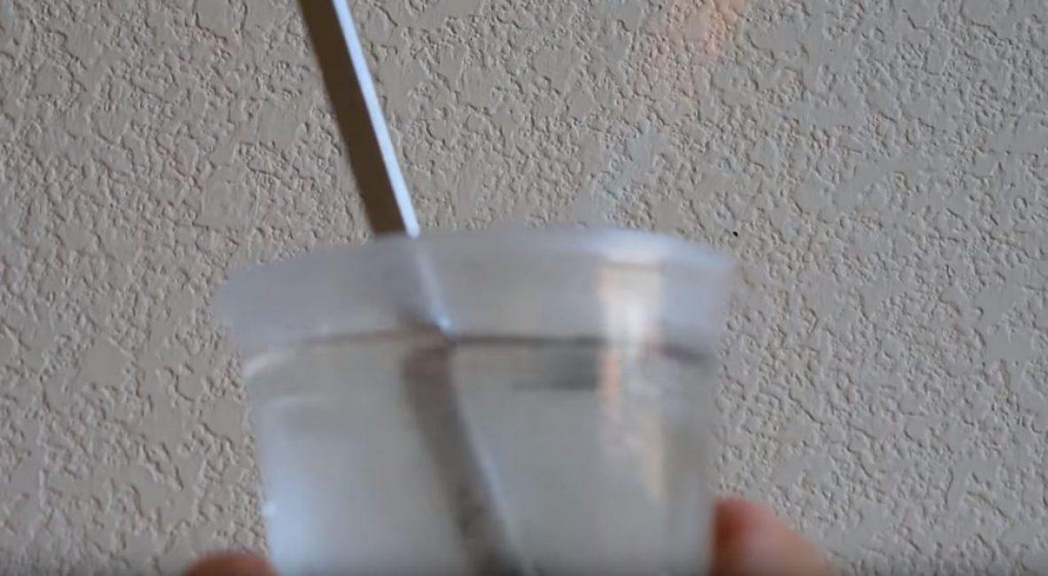 окунаем конец отвертки в стакан с холодной водой