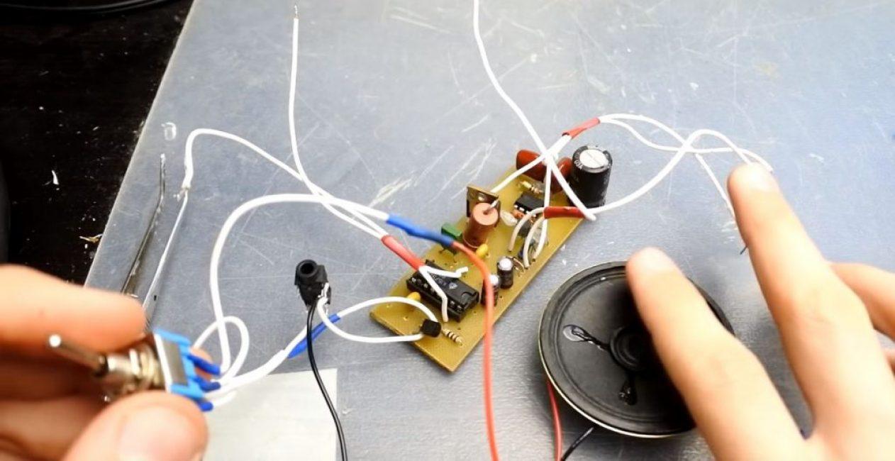 К соответствующей паре проводов подключаем разъем для наушников и динамик