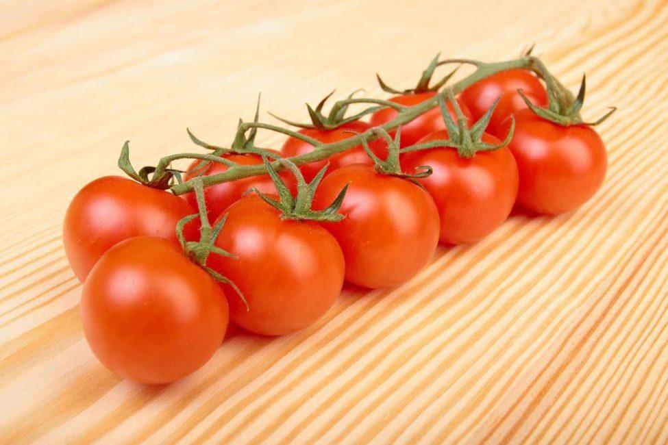 Сбор урожая ампельных помидор часто производится целыми кистями