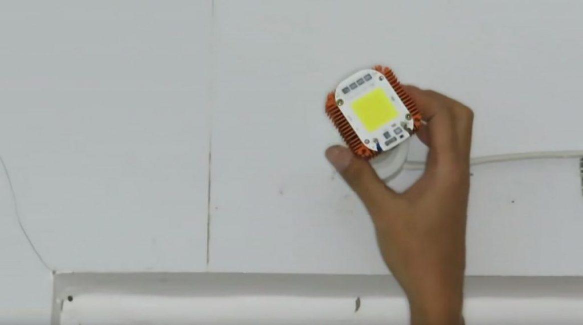 Вкручиваем лампу в цоколь и проверяем ее работоспособность.