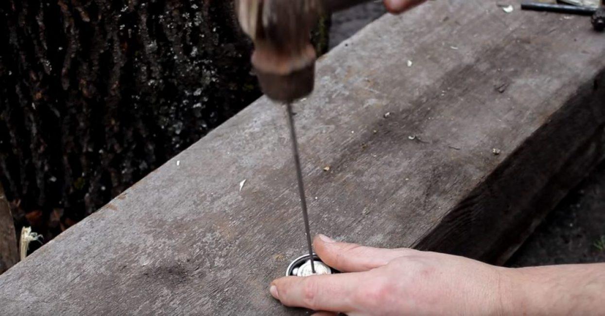 В полученное отверстие молотком вбиваем круглый надфиль
