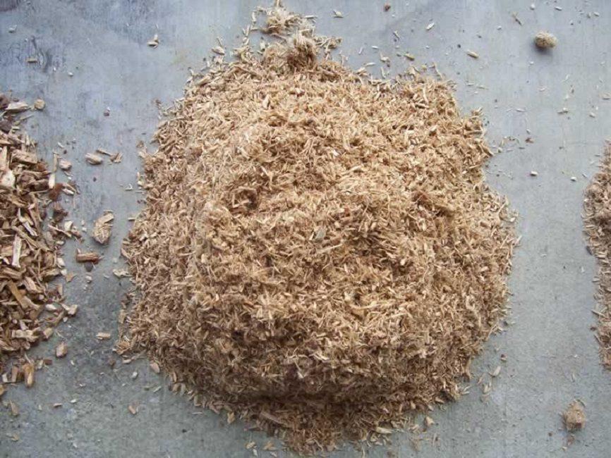 Измельчённая древесная кора перед закладкой в компост