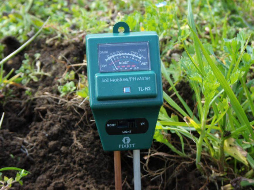 Прибор TL-H2, используемый для определения кислотности почвы