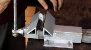 Как сделать тиски своими руками? | Незаменимый слесарный инструмент 🔧 из подручных материалов