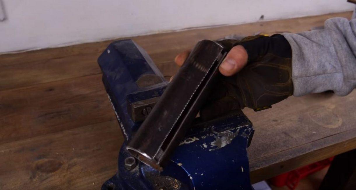 Надрезаем металлическую трубу вдоль