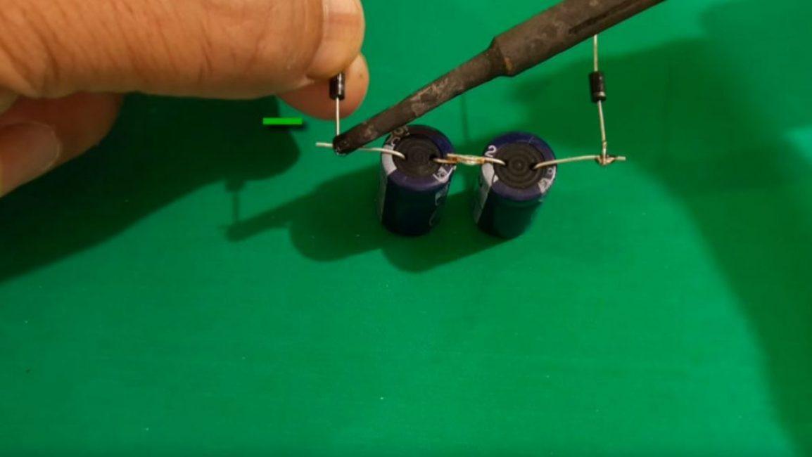 Ко вторым ножкам конденсаторов, соблюдая полярность, припаиваем диоды
