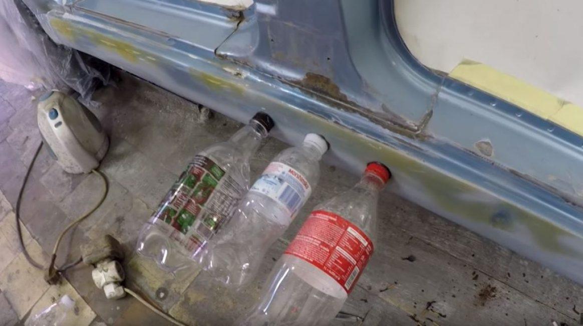 приклеиваем пластиковые бутылки по всей длине вмятины