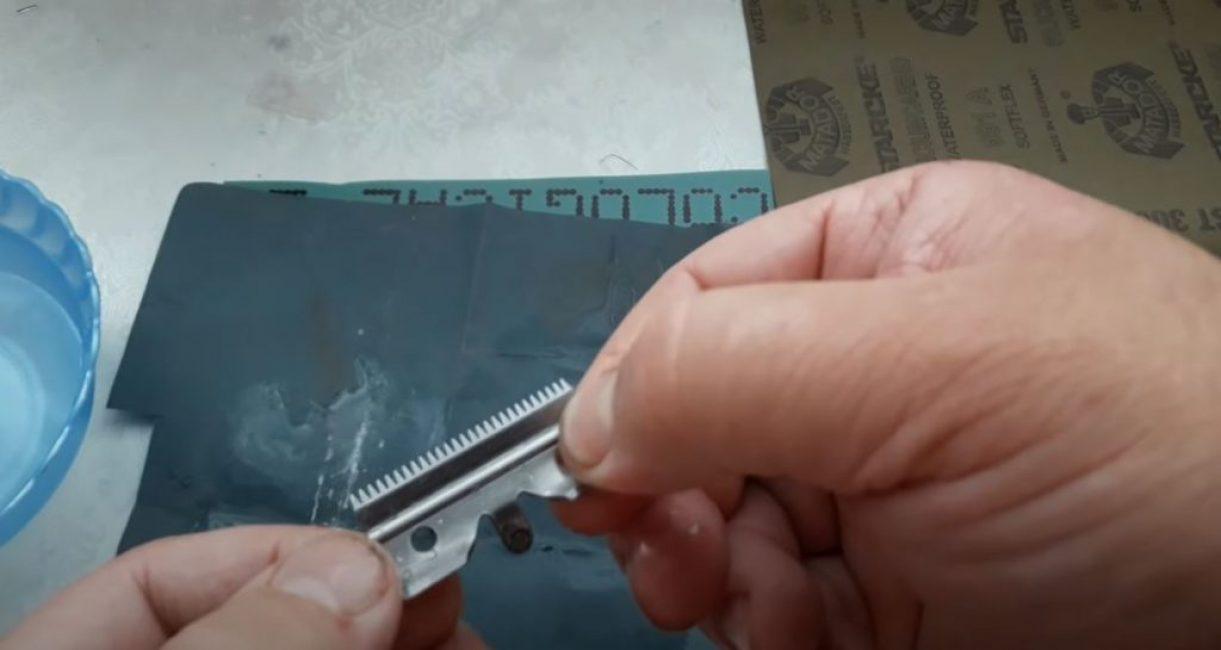 Так же натачиваем и подвижный нож