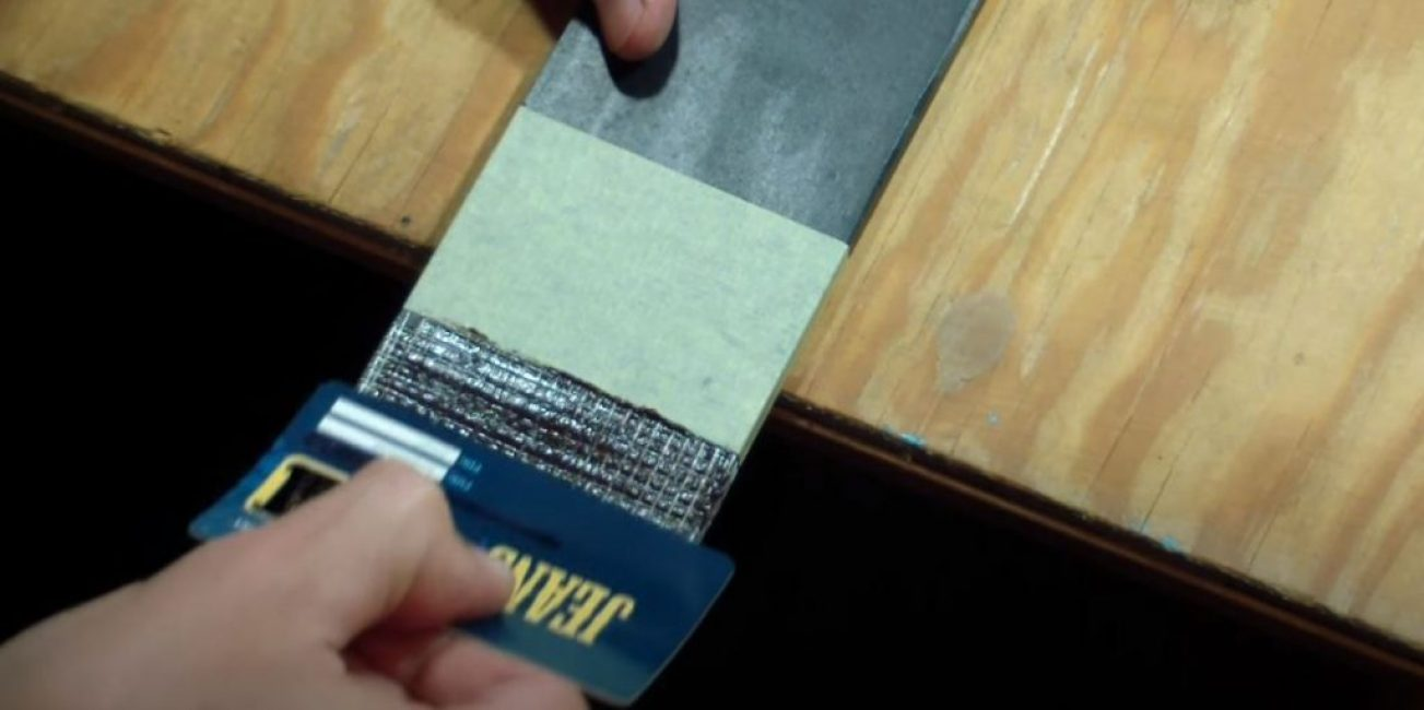 Шпателем разравняйте слой силикона