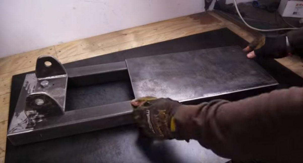 привариваем металл с противоположной от кронштейна стороны