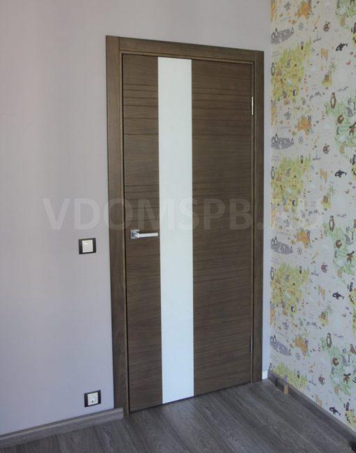 Рис10 Дверь покрытая натуральным орехом с фрезеровкой на поверхности и стекле