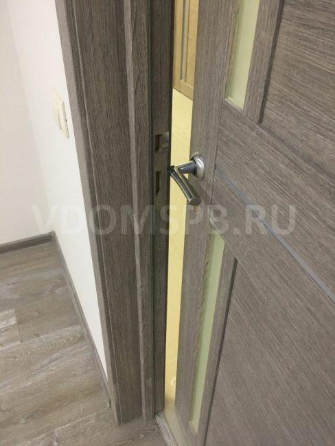 Дверь с серым экошпоном под напольное покрытие