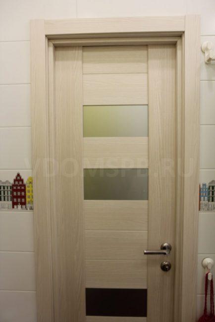 Экошпонированная дверь в ванной комнате