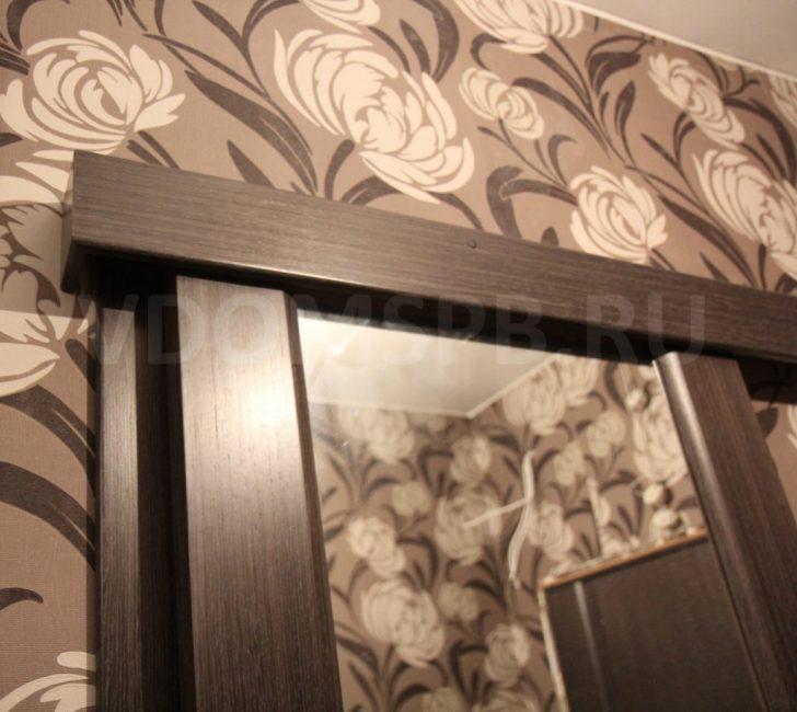 Раздвижная дверь с большим зеркалом в шпоне венге