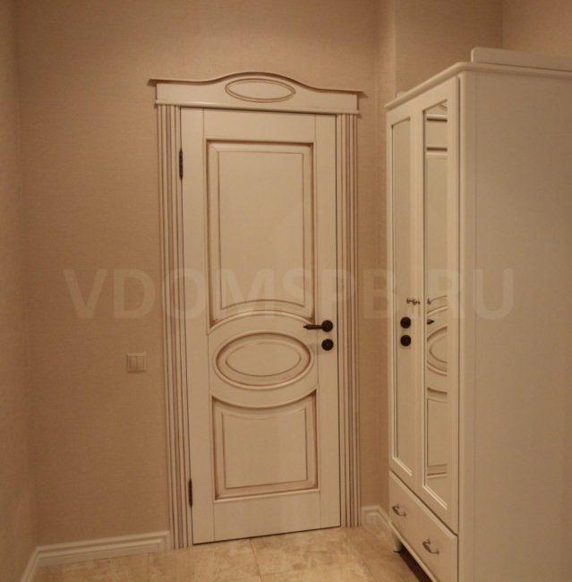 Дверь из массива ольхи с патиной орех
