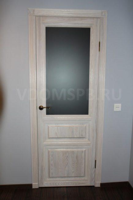 Дверь из массива ясеня с красиво подобранными ламелями