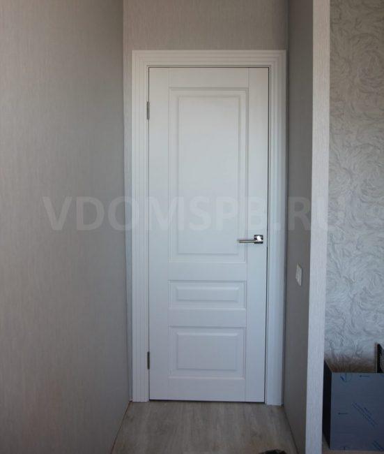 Рис6 Трёхфиленчатая дверь с резными наличникоми в ПВХ отделке