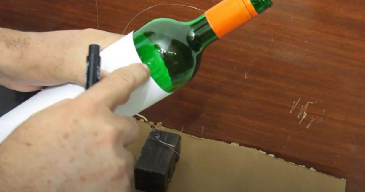 маркером наносим линию одновременно по краю бумаги и бутылке