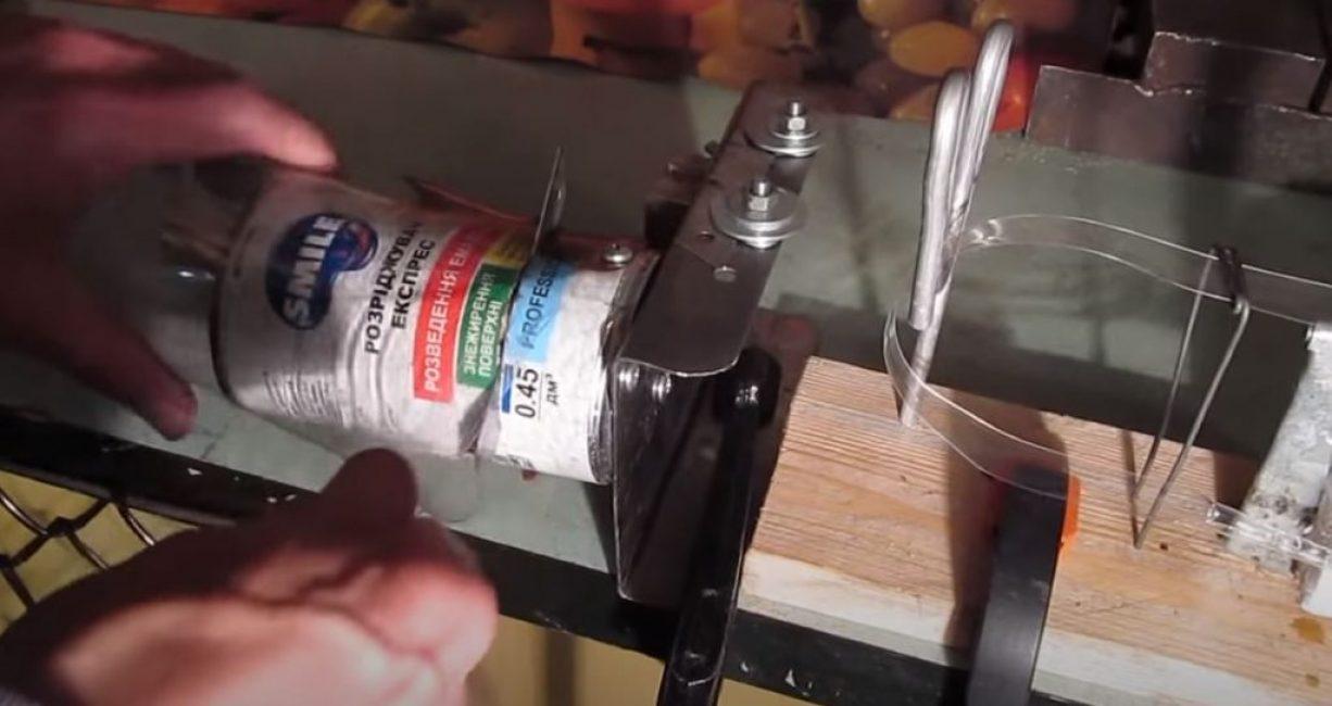 Устанавливаем лезвие бутылкореза на требуемую ширину