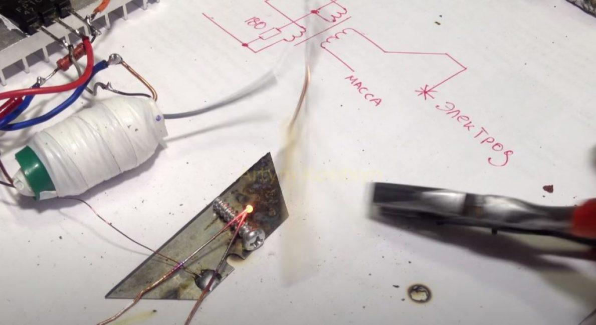 Также посмотрите, как крепко сварились два медных провода