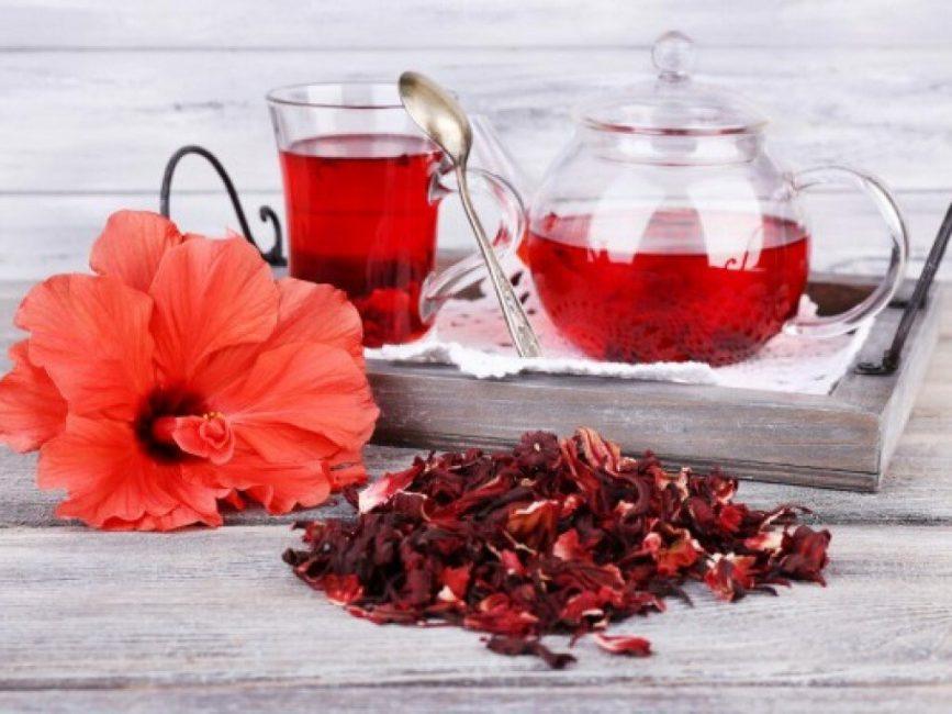 Чай из гибискуса согревает в холод и утоляет жажду в жару