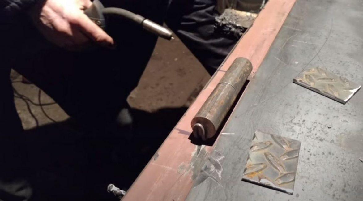 Устанавливаем петлю на дверную коробку