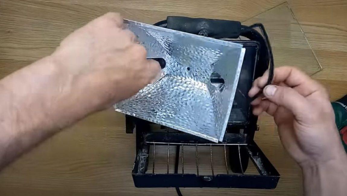 Откручиваем винт крепления рефлектора и вынимаем его
