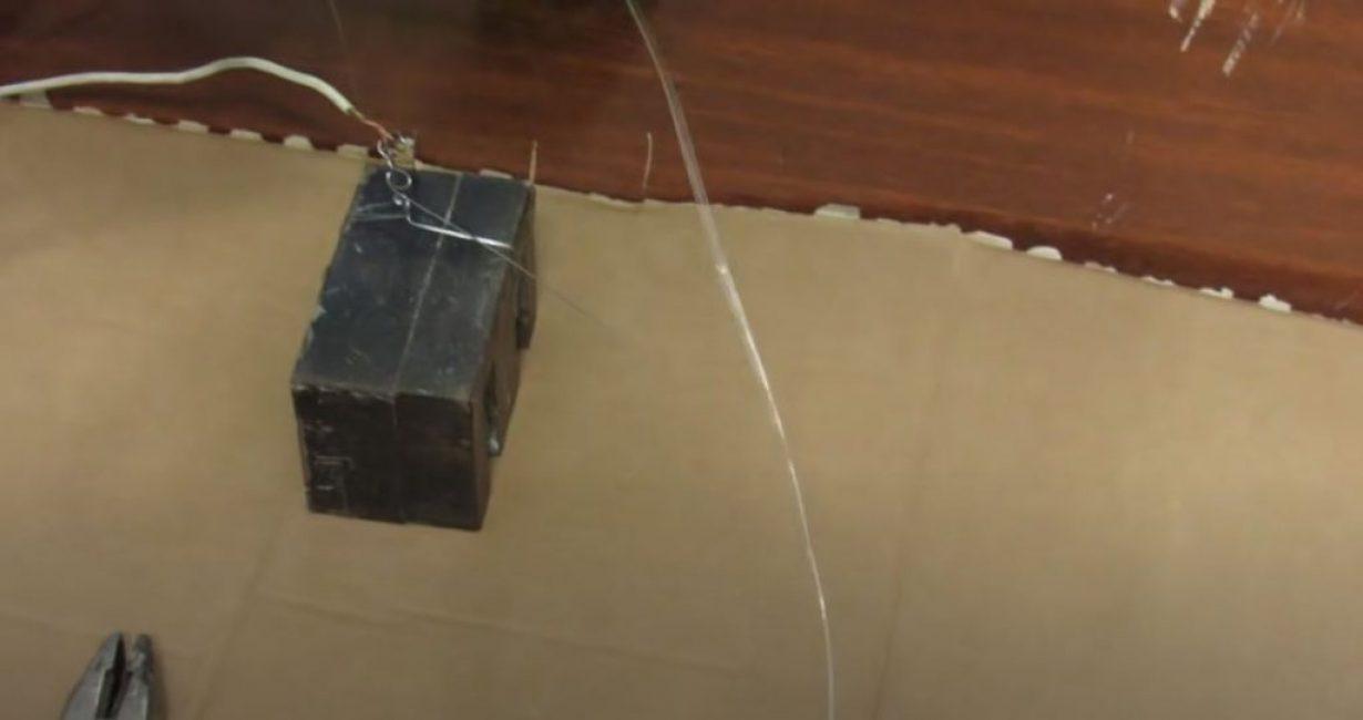 Подсоединяем один конец нихромовой проволоки к одному из полюсов аккумуляторной батареи