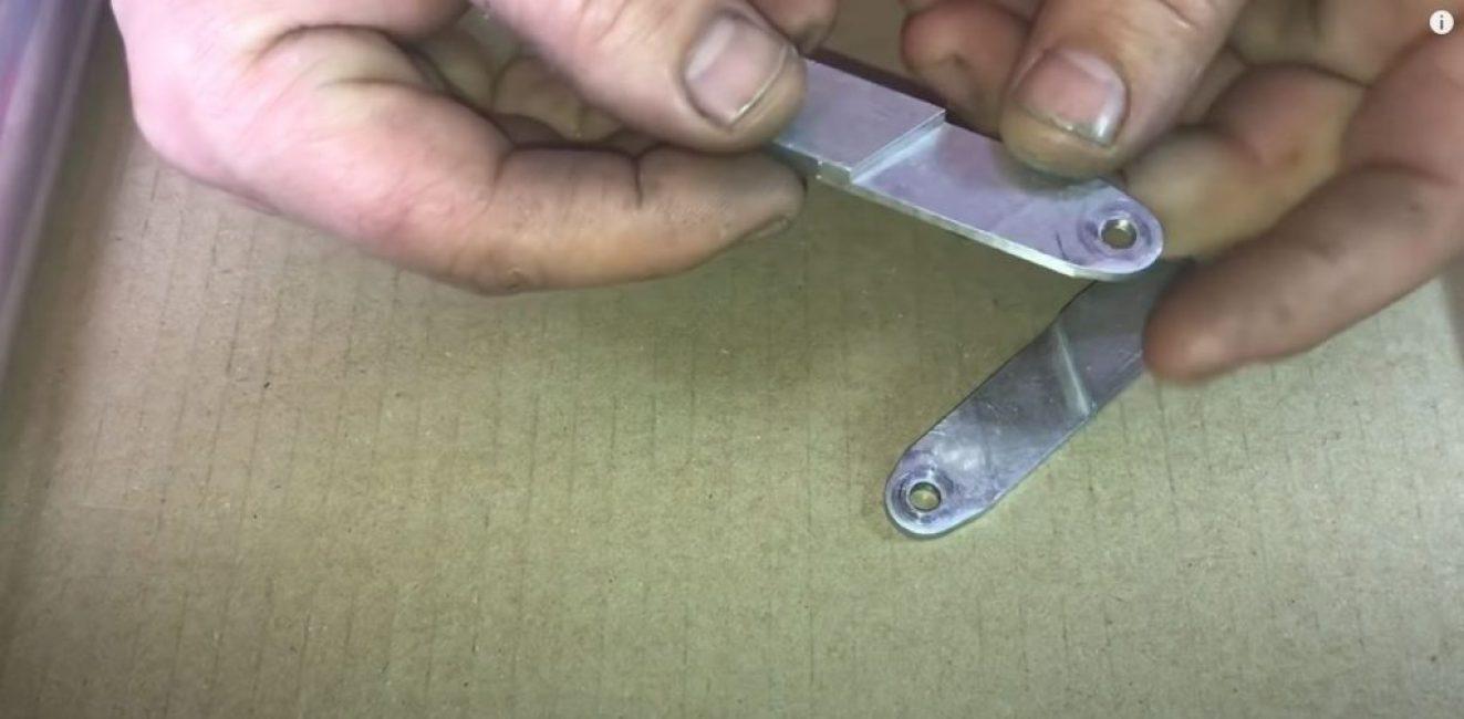 С одного края стачиваем пластину до половины и просверливаем крепежное отверстие