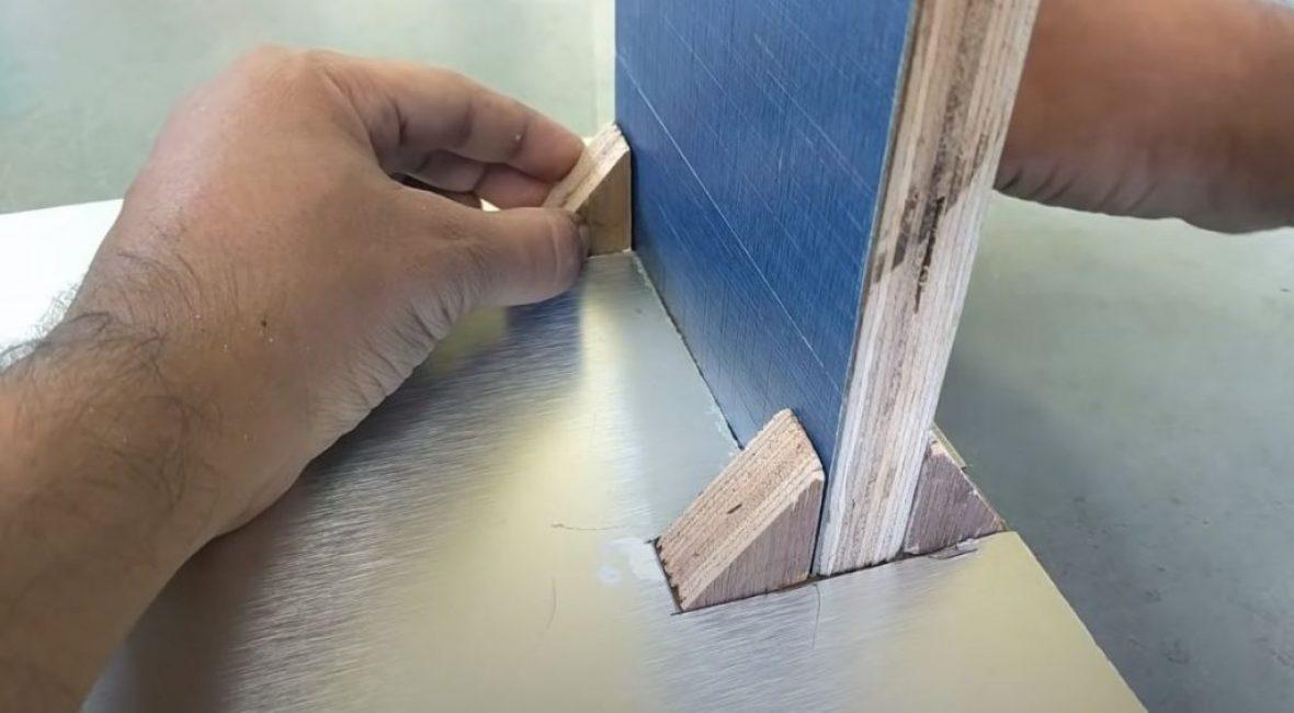 Стойку и уголки приклеиваем к части станины с вырезанной оцинковкой