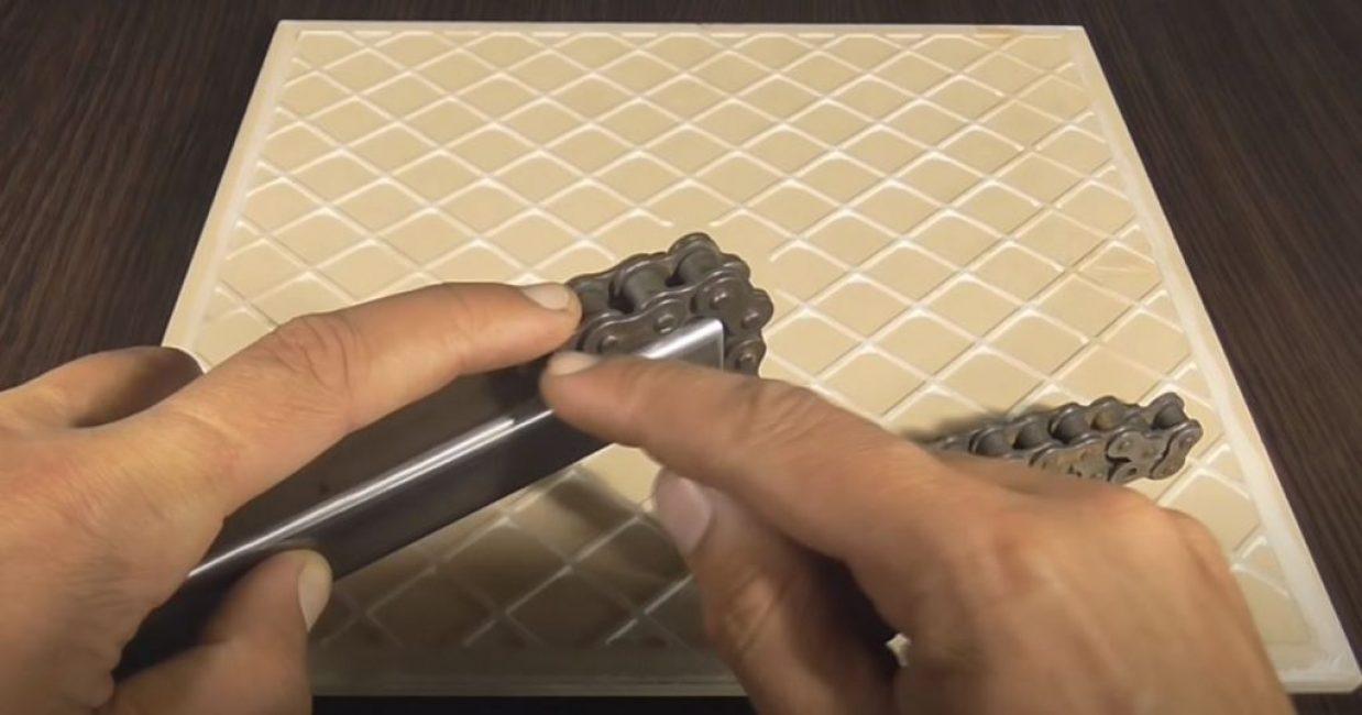 Прикладываем 4 звена цепи к одному из краев отрезанной трубы