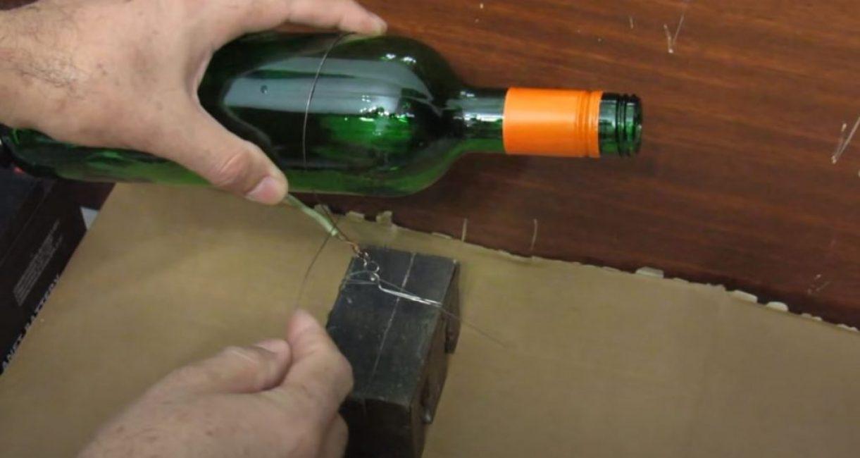 Обматываем бутылку проволокой по нанесенной ранее линии