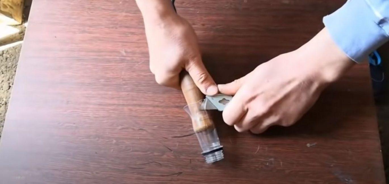 Лишнюю часть горлышка обрезаем ножом