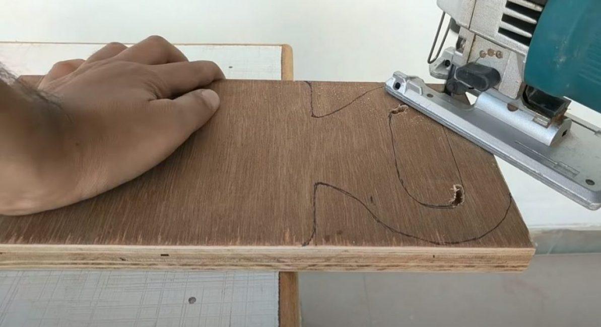 Вырезаем электролобзиком подвижную часть каретки с ручкой