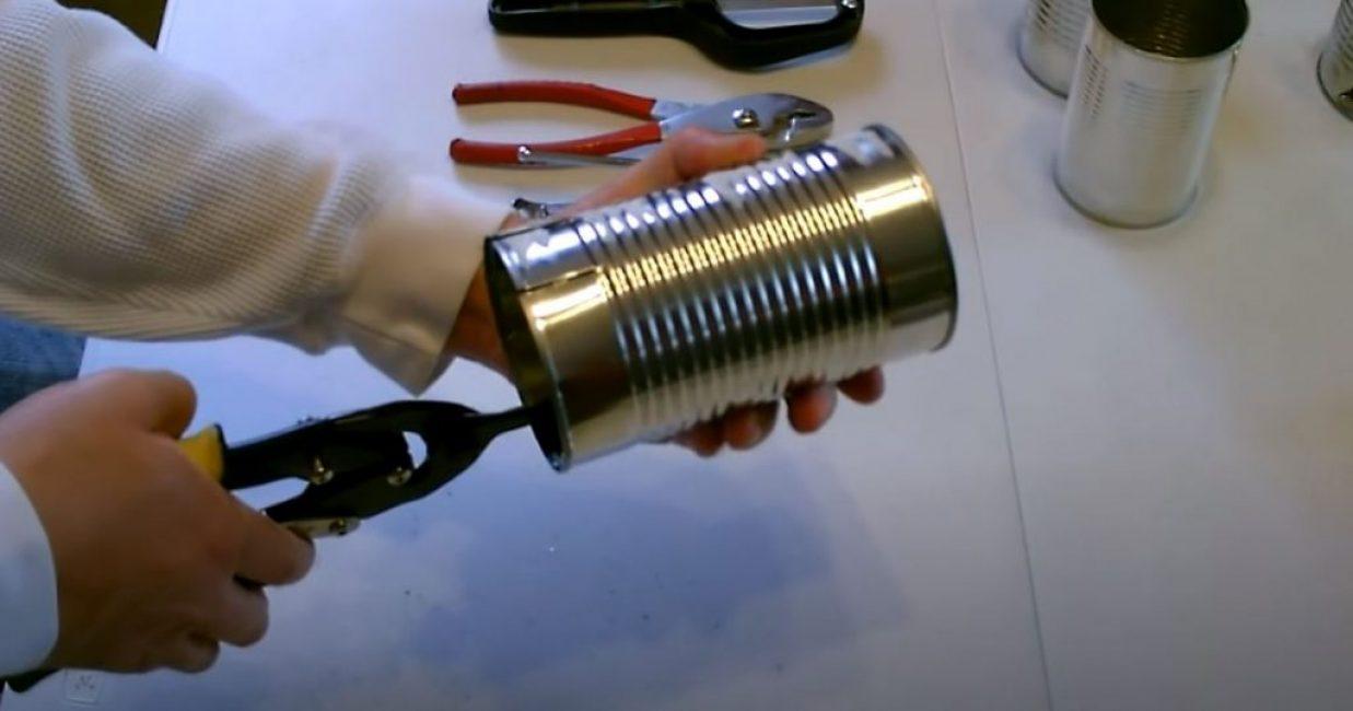 Ножницами по металлу производим 8 надрезов в верхней части банки
